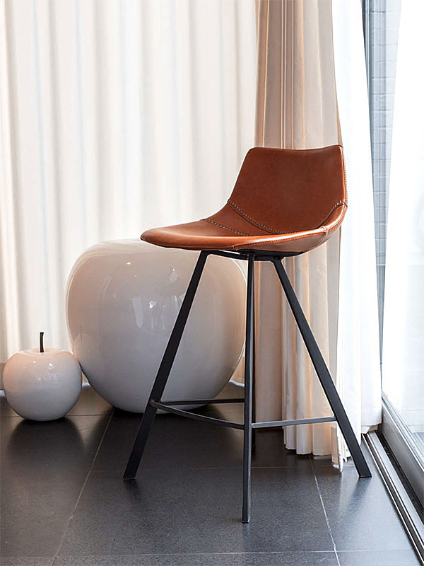 Ambiance chaise de bar ALICIA COGNAC, PIED EN METAL NOIR_1238 castle line
