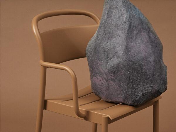 Ambiance fauteuil d'extérieur en acier poudré LINEAR STEEL ARMCHAIR ORANGE BRULÉ (4)_30993 muuto