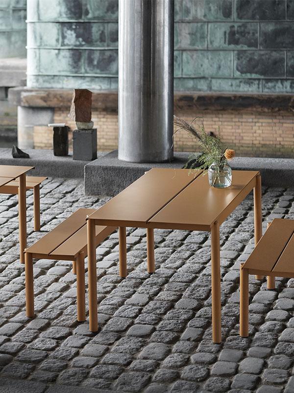 Ambiance table d'extérieure en acier poudré 140 x 75 cm LINEAR STEEL TABLE ORANGE BRULÉ_31033 (1) muuto