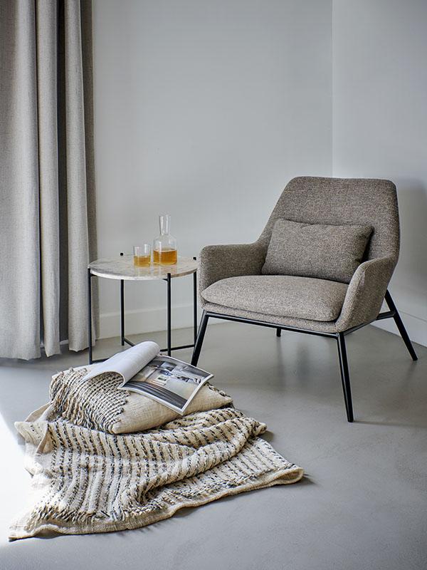 Ambiance fauteuil scandinave en métal et tissu sable HAILEY_37475-SAN-05 (1) pomax home collection