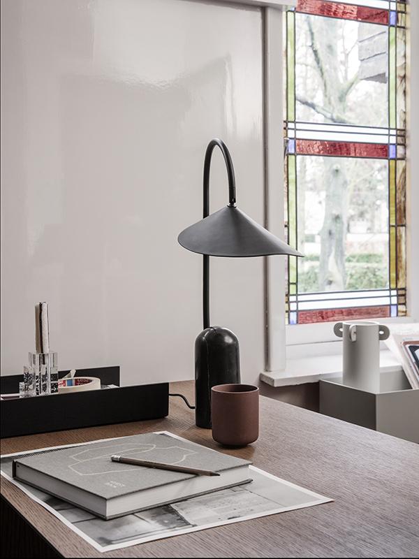 Ambiance lampe de table en marbre et métal ARUM TABLE LAMP BLACK_100134101_1 ferm living
