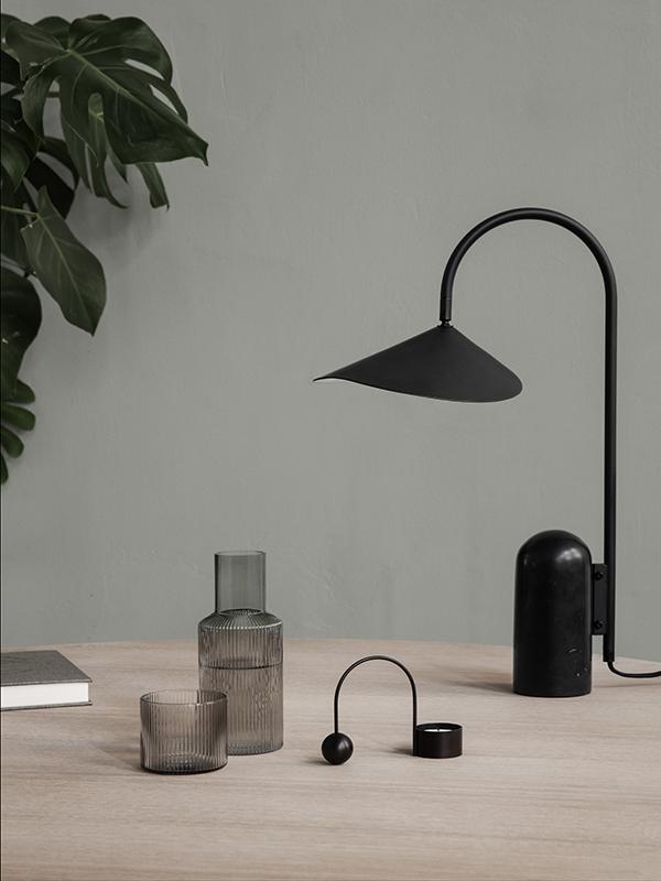 Ambiance lampe de table en marbre et métal ARUM TABLE LAMP BLACK_100134101_10 ferm living