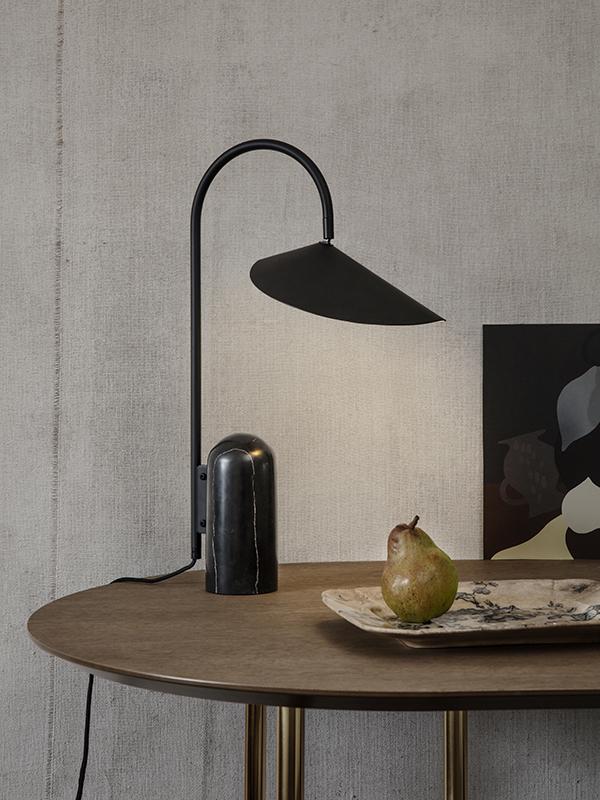 Ambiance lampe de table en marbre et métal ARUM TABLE LAMP BLACK_100134101_11 ferm living