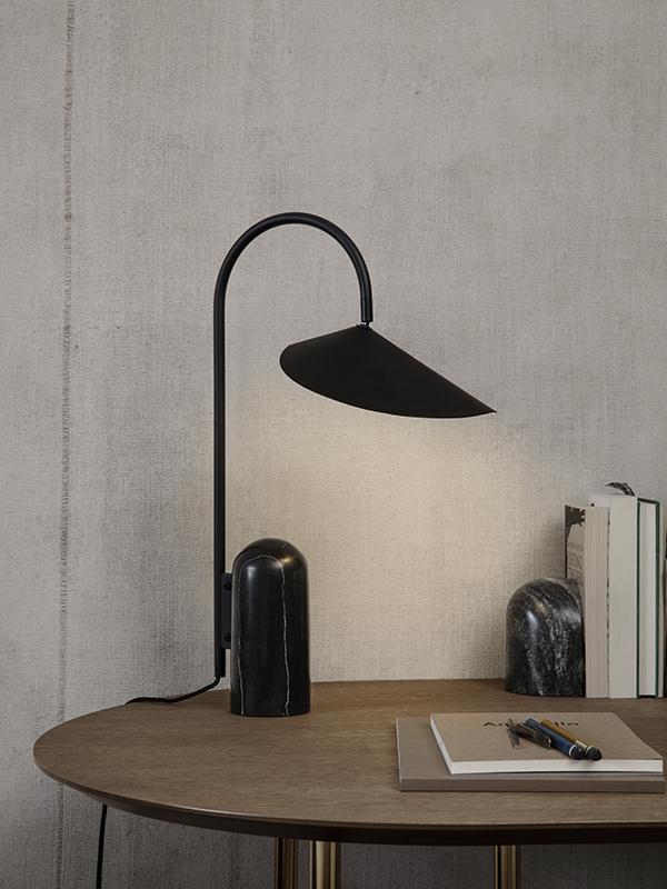 Ambiance lampe de table en marbre et métal ARUM TABLE LAMP BLACK_100134101_12 ferm living