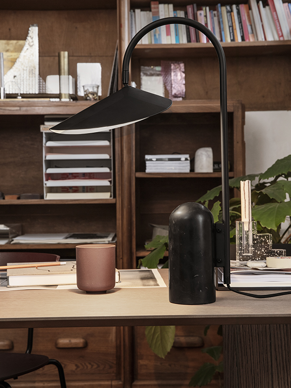Ambiance lampe de table en marbre et métal ARUM TABLE LAMP BLACK_100134101_2 ferm living