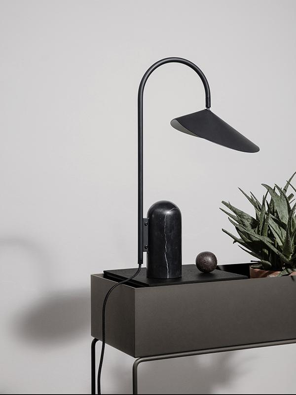 Ambiance lampe de table en marbre et métal ARUM TABLE LAMP BLACK_100134101_8 ferm living